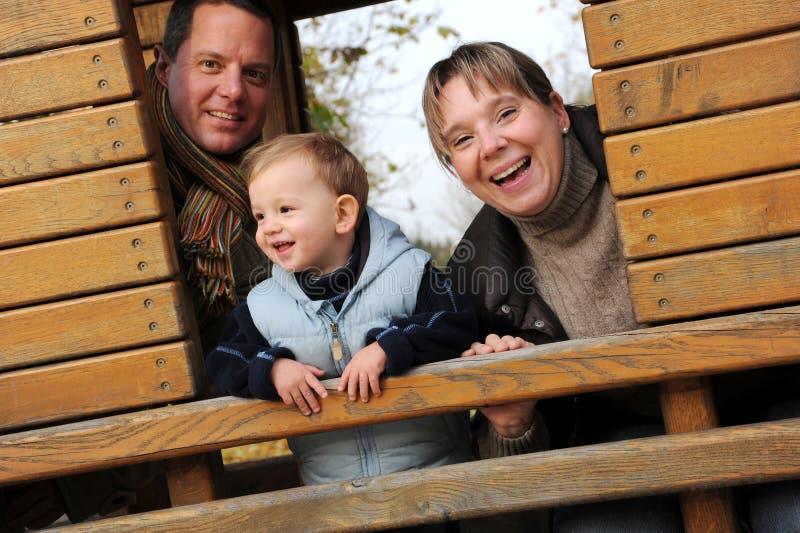 Glückliche junge Familie lizenzfreies stockbild