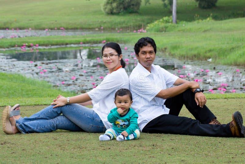 Glückliche junge Familie. lizenzfreie stockfotos