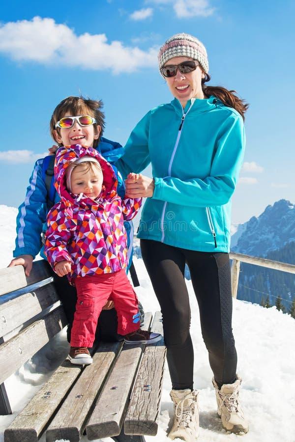 Glückliche junge Familie in den Winterferien lizenzfreie stockfotografie