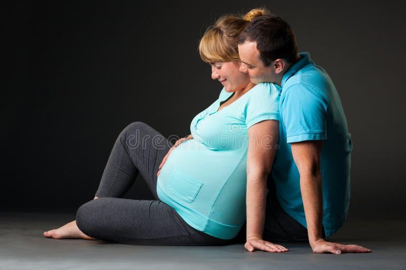 Download Glückliche Junge Familie, Die Zusammen Schätzchen Wartet Stockfoto - Bild von glücklich, schönheit: 26369540