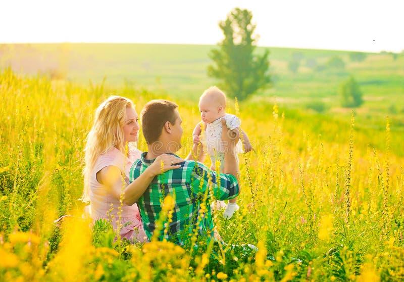 Glückliche junge Familie draußen lizenzfreie stockfotografie