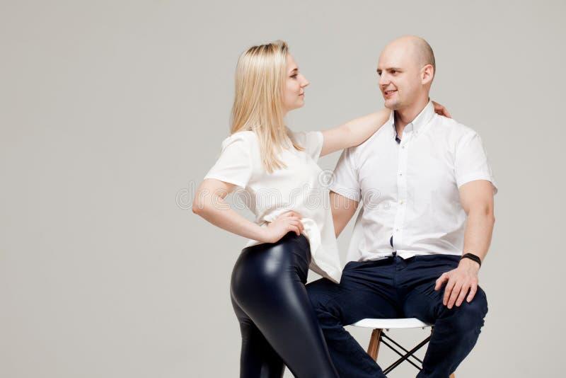 Glückliche junge Familie, Mann und eine Frau zusammen, stilvolles Porträt lizenzfreie stockfotografie