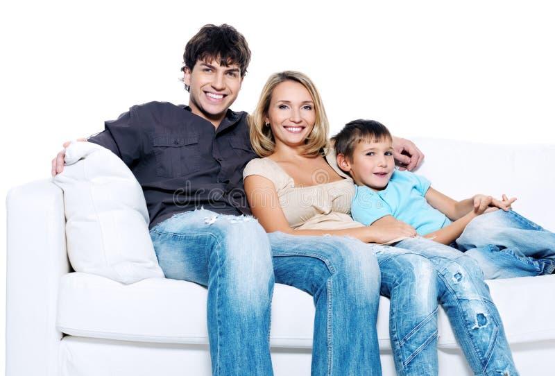 Glückliche junge Familie mit Kind lizenzfreie stockfotografie