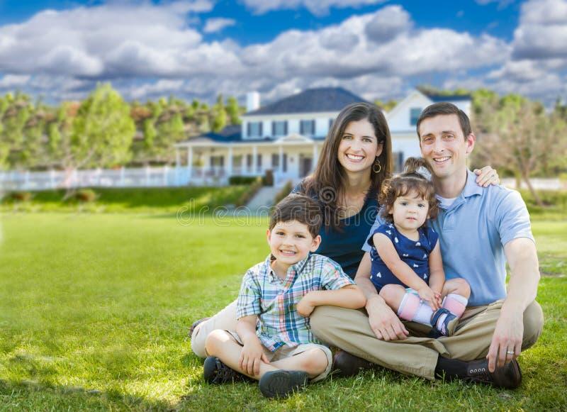 Glückliche junge Familie mit Kindern vor schönem Haus stockbilder