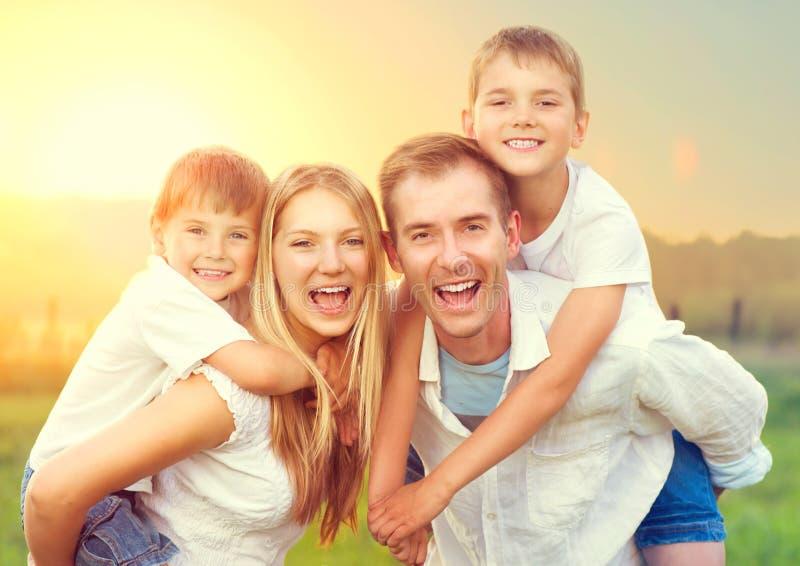 Glückliche junge Familie mit zwei Kindern lizenzfreies stockbild
