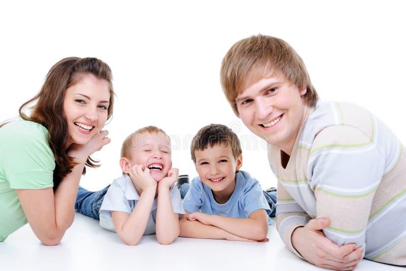 Glückliche junge Familie mit zwei kleinen Söhnen stockfotos