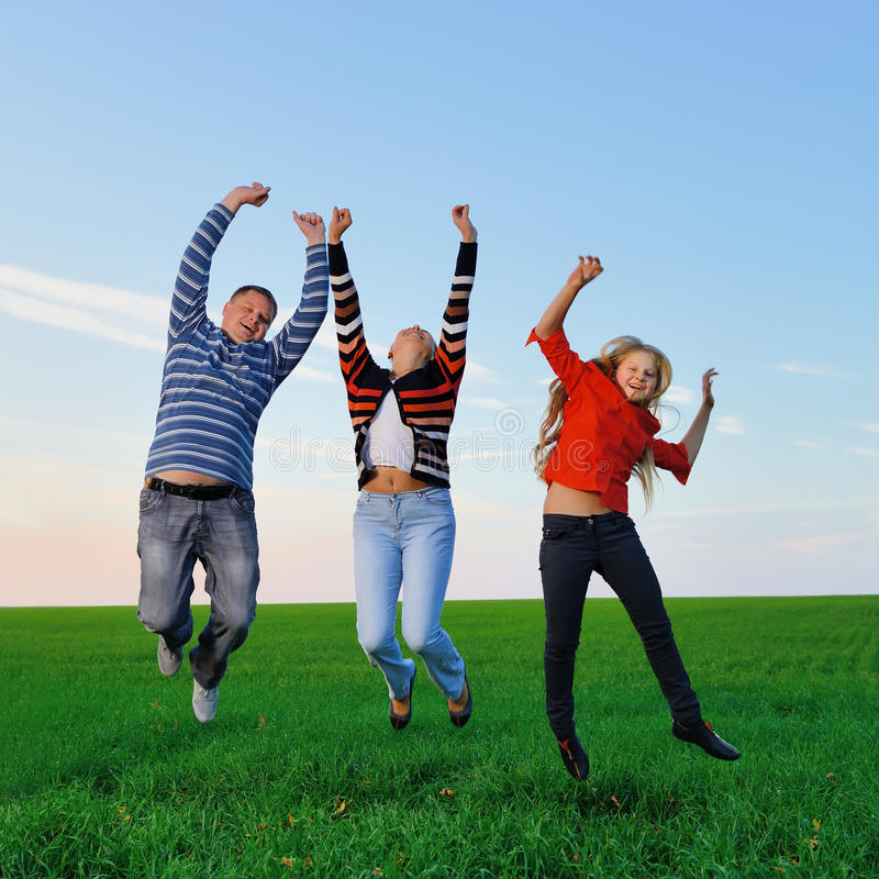 Glückliche junge Familie springen für Freude lizenzfreies stockbild