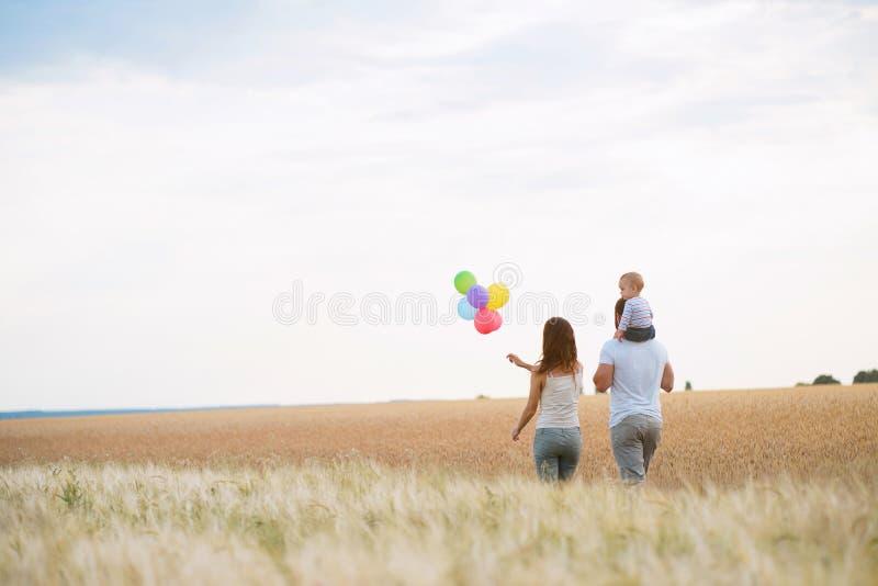 Glückliche junge Familie Zeit zusammen genießen draußen lizenzfreie stockfotos