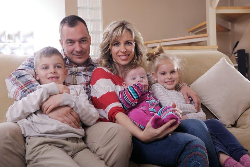 Glückliche junge Familie zu Hause stockfotos