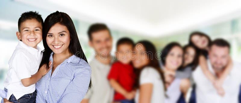 Glückliche junge Familien stockbild