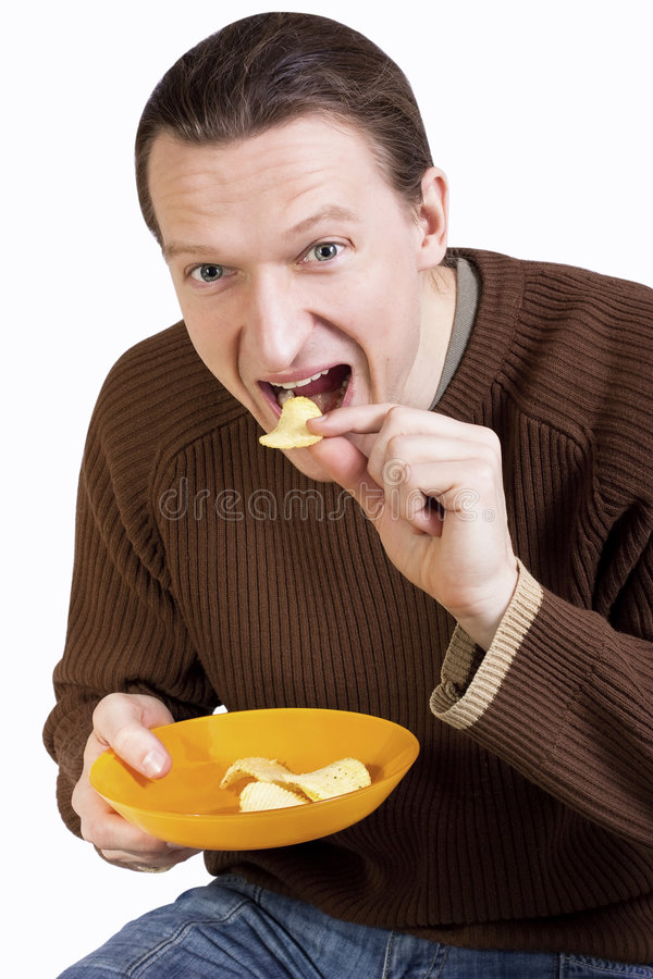 Glückliche junge Fleisch fressende Kartoffelchips lizenzfreies stockfoto