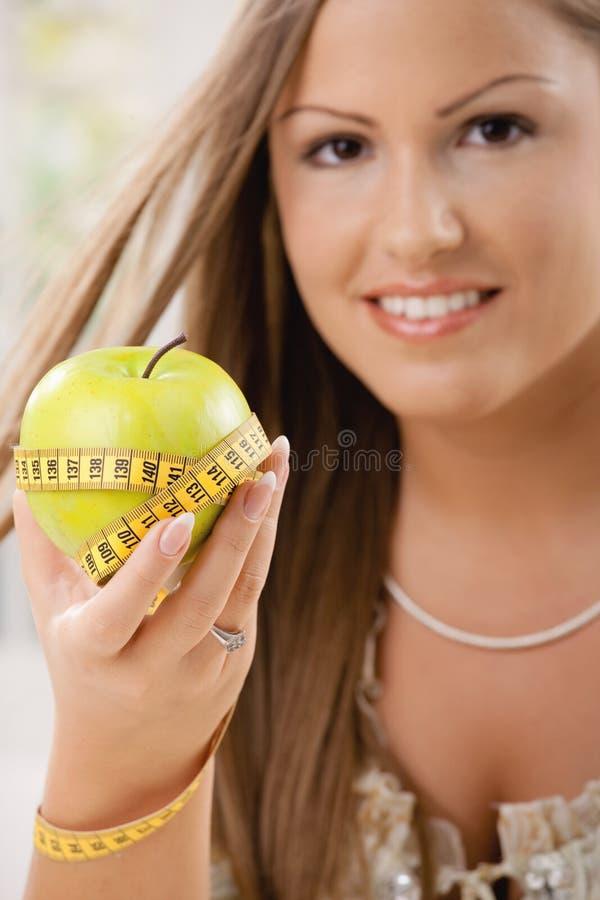 Glückliche junge Frau auf Diät stockbild