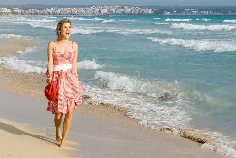 Glückliche junge Frau auf Ferien lizenzfreie stockfotografie