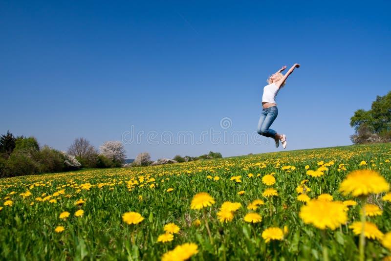 Download Glückliche Junge Frau Auf Wiese Stockfoto - Bild von zukunft, flugwesen: 9087546