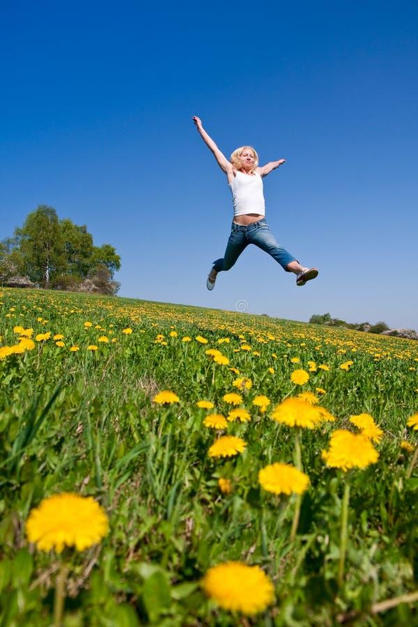 Download Glückliche Junge Frau Auf Wiese Stockfoto - Bild von sorglos, gesund: 9087566