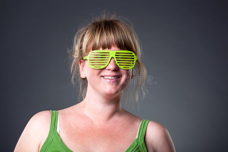 Download Glückliche Junge Frau In Den Grünen Gläsern Stockbild - Bild von dame, schön: 26369457
