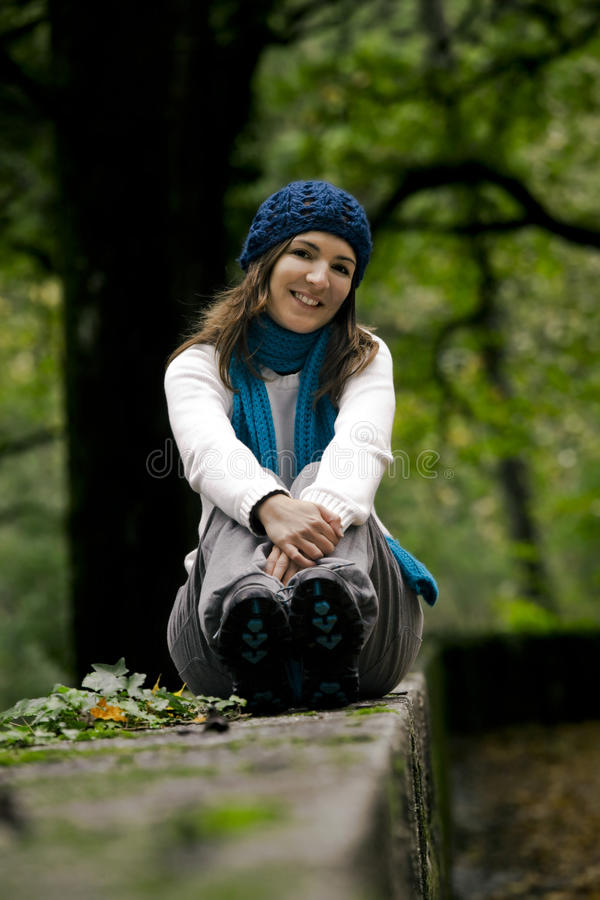 Glückliche junge Frau in der Natur stockbild