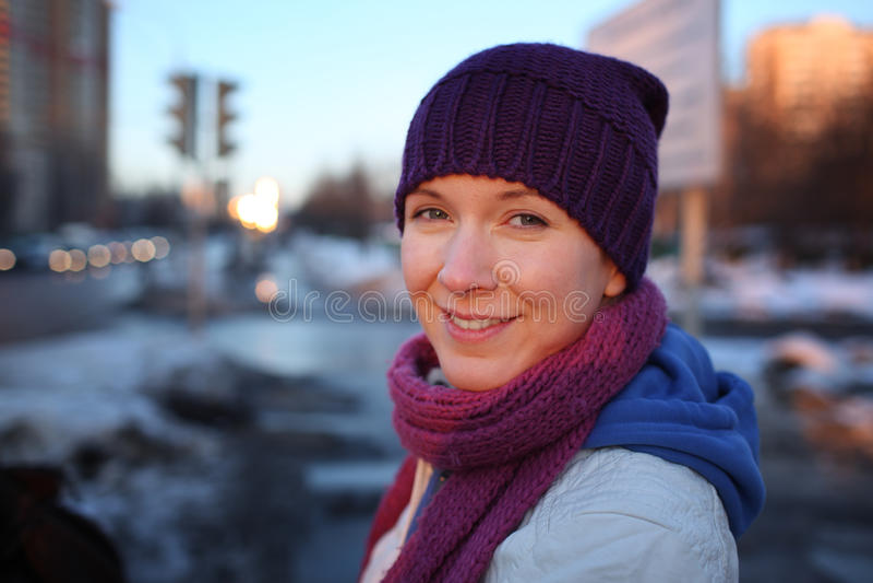 Glückliche junge Frau in der Stadt stockbilder