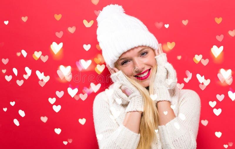 Glückliche junge Frau in der Winterkleidung lizenzfreie stockbilder