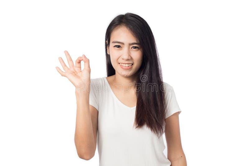 Glückliche junge Frau des Porträts, die okayzeichen zeigt lizenzfreies stockfoto