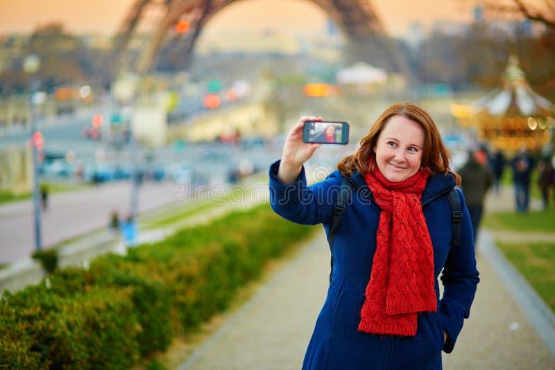 Glückliche junge Frau, die ein selfie in Paris nimmt lizenzfreie stockfotos