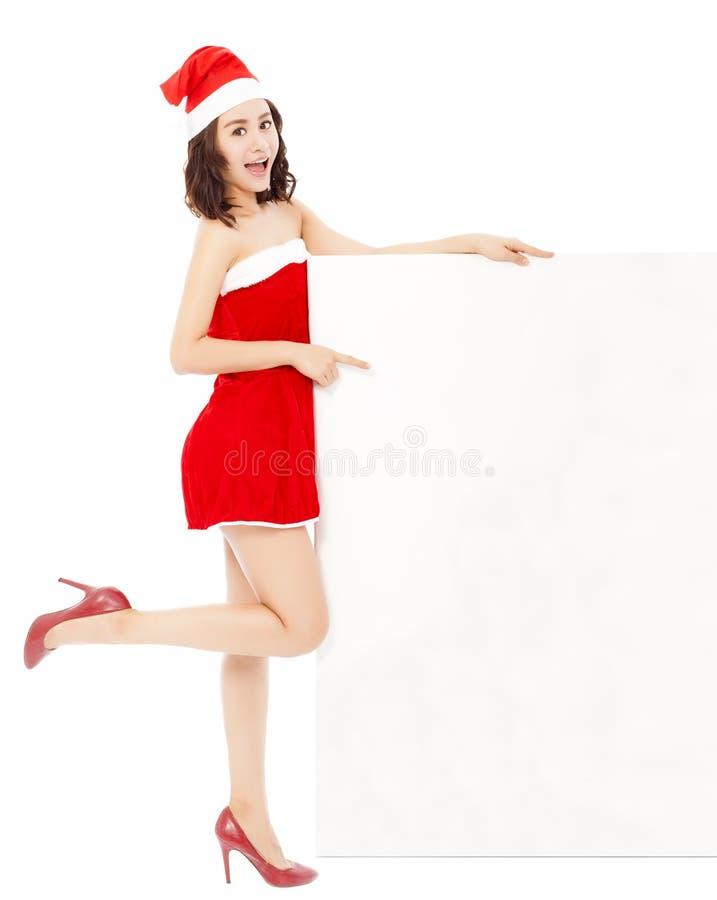 Glückliche junge Frau, die eine Geste mit einem weißen Brett macht lizenzfreie stockfotografie