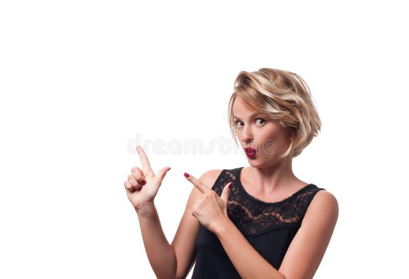 Glückliche junge Frau, die oben zeigt stockbilder