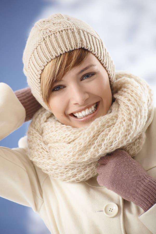 Glückliche junge Frau, die sonnigen Wintertag genießt stockfoto