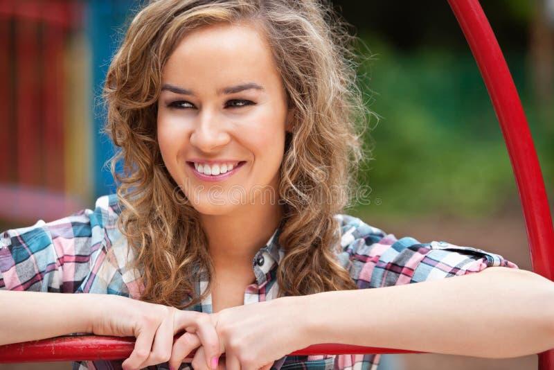 Glückliche junge Frau, die weg schaut lizenzfreie stockfotos