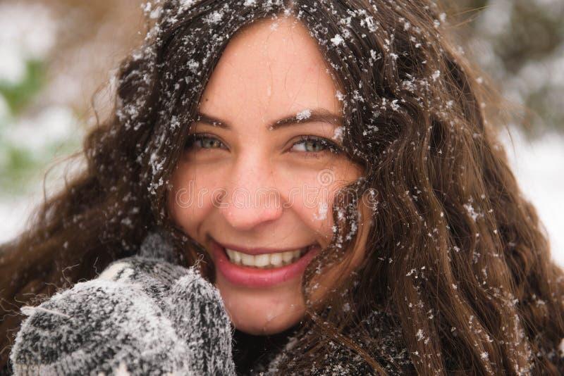 Glückliche junge Frau, die in Winterzeit geht stockbilder