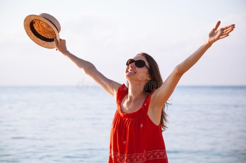 Glückliche junge Frau freut sich an den Sommerferien stockbild