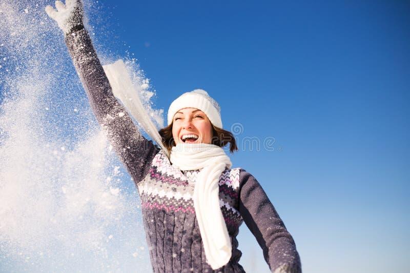 Glückliche junge Frau haben Spaß und genießen frischen Schnee lizenzfreie stockfotografie