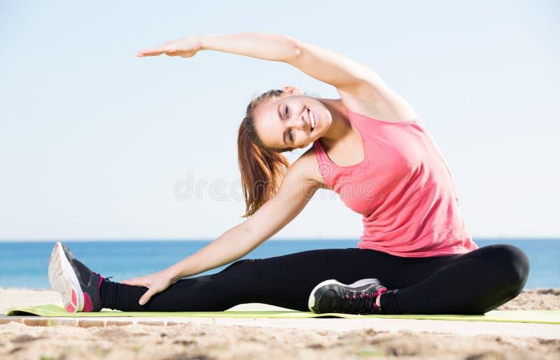 Glückliche junge Frau im aktiven Training des Trainingsanzugs lizenzfreies stockfoto