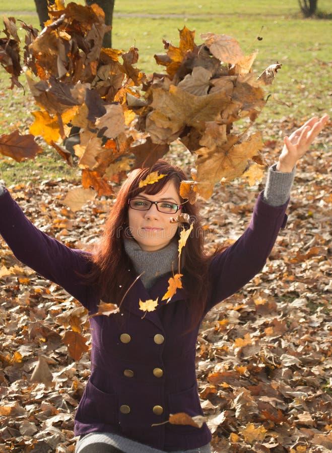 Glückliche junge Frau im Park lizenzfreie stockfotografie