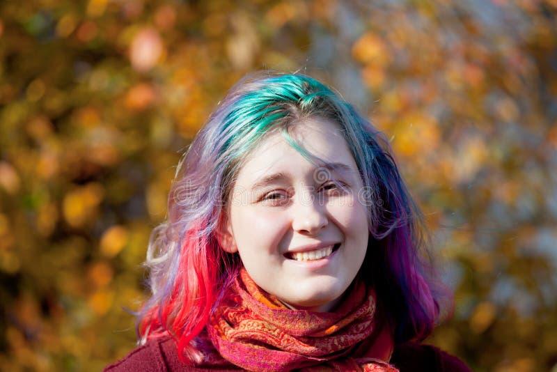 Glückliche junge Frau mit dem mehrfarbigen Streifenhaar stockbilder