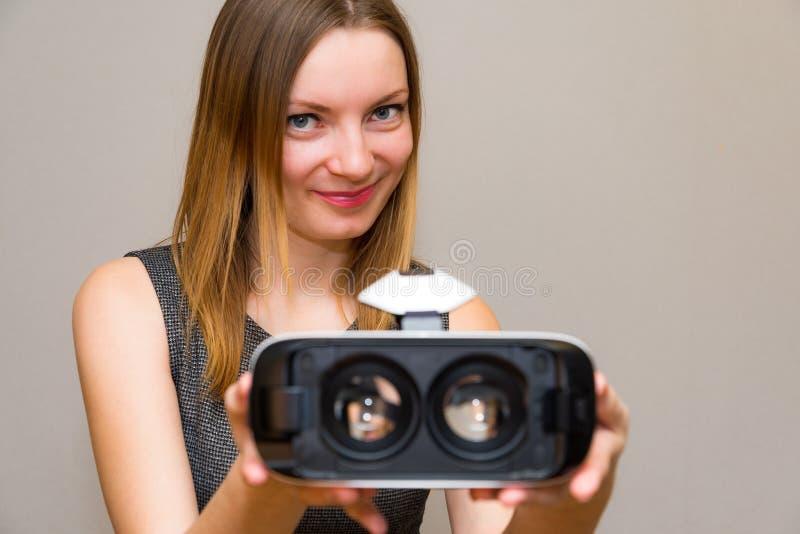 Glückliche junge Frau mit einem Kopfhörer der virtuellen Realität lizenzfreies stockfoto