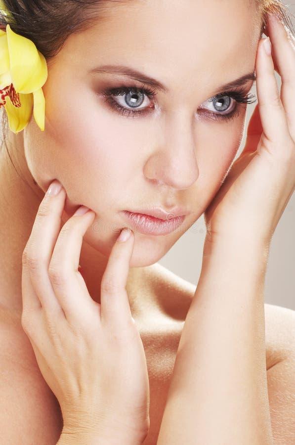 Glückliche junge Frau mit gelbem flover stockfoto