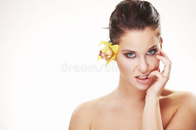 Glückliche junge Frau mit gelber Blume lizenzfreie stockfotos
