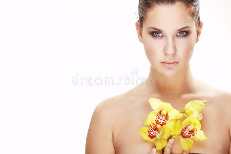 Glückliche junge Frau mit gelber Blume stockbild