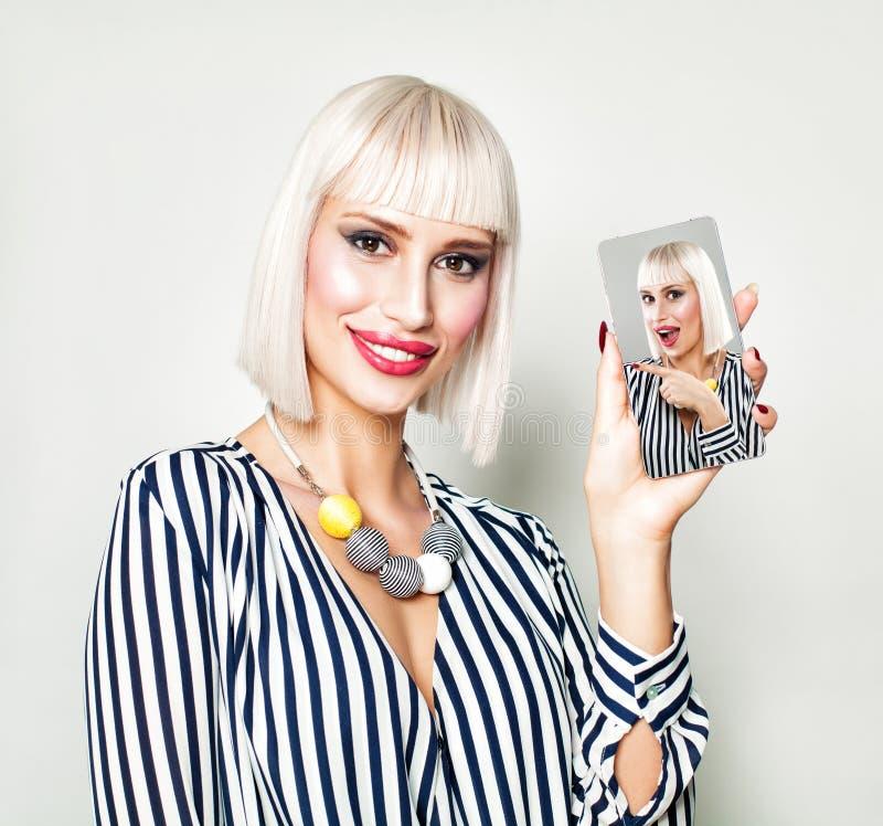 Glückliche junge Frau mit selfie Foto auf Smartphone lizenzfreie stockfotografie