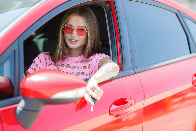 Glückliche junge Frau nahe dem Auto lizenzfreies stockbild