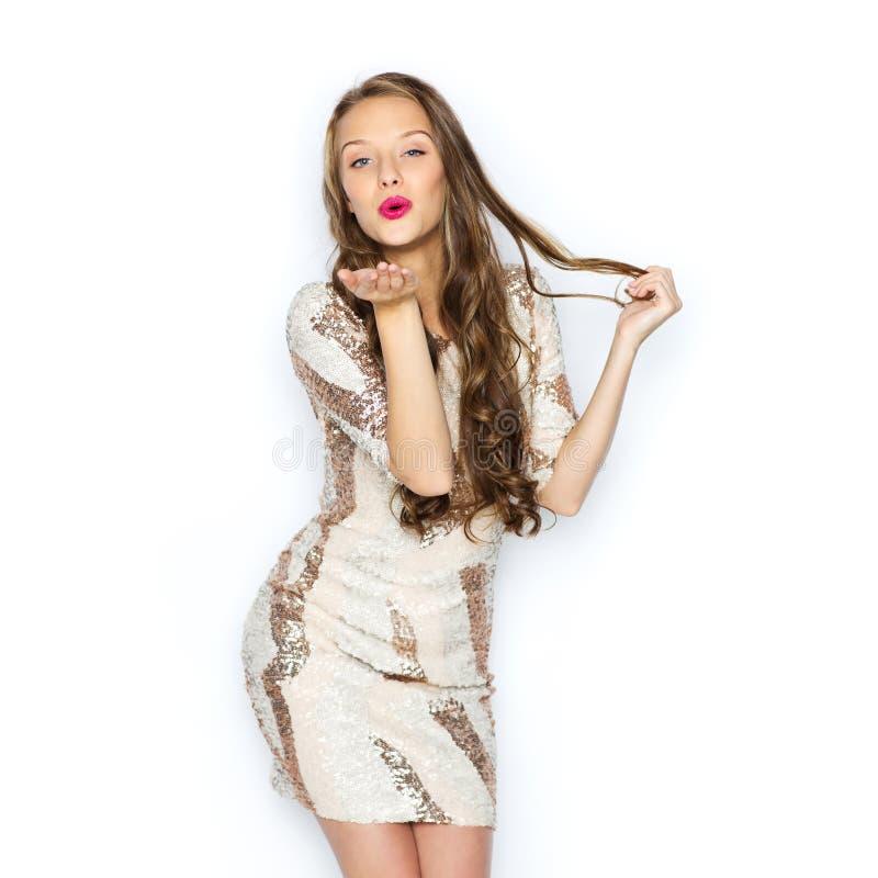 Glückliche junge Frau oder jugendlich Mädchen im Abendkleid stockfotos