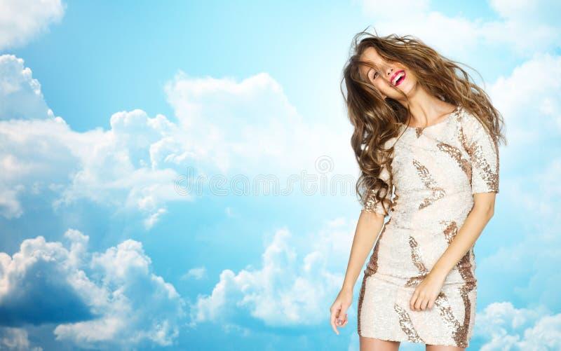 Glückliche junge Frau oder jugendlich Mädchen im Abendkleid stockfotografie