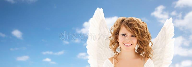 Glückliche junge Frau oder jugendlich Mädchen mit Engel beflügelt lizenzfreie stockbilder