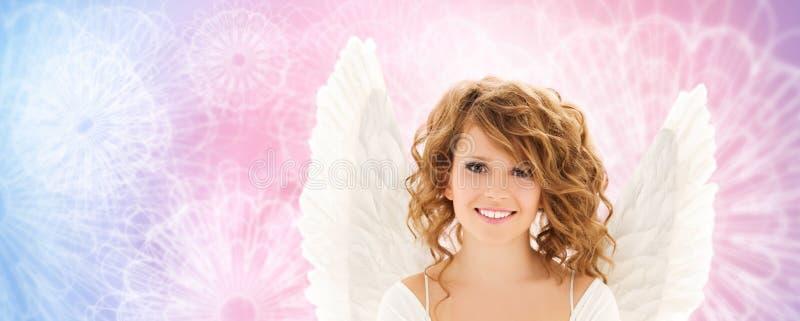 Glückliche junge Frau oder jugendlich Mädchen mit Engel beflügelt lizenzfreie stockfotografie