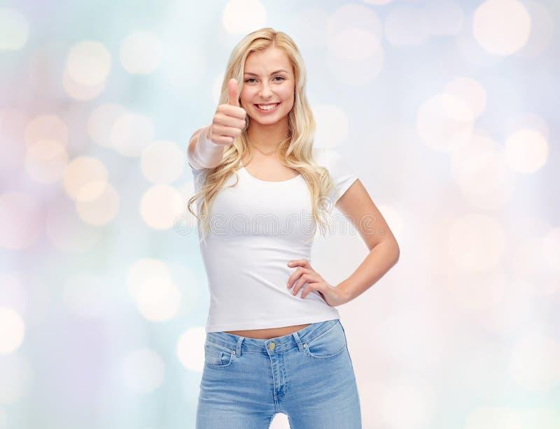 Glückliche junge Frau oder Jugendliche im weißen T-Shirt stockbilder