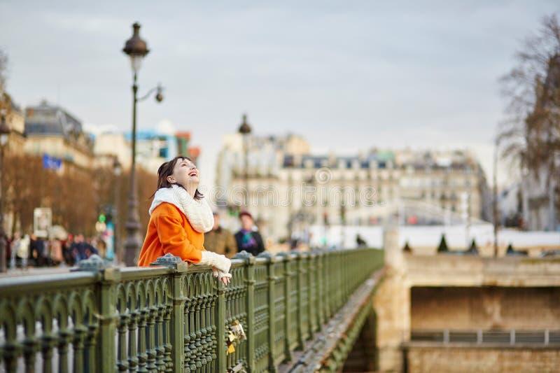 Glückliche junge Frau in Paris lizenzfreies stockbild