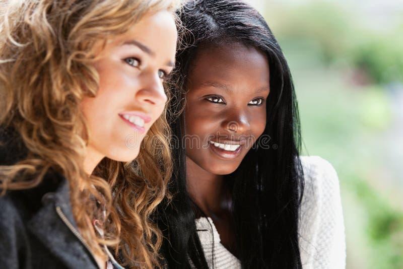 Glückliche junge Frauen, die weg schauen lizenzfreies stockfoto