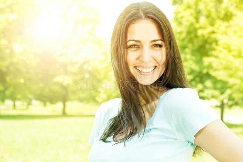 Glückliche junge Frauen im Park stockbild