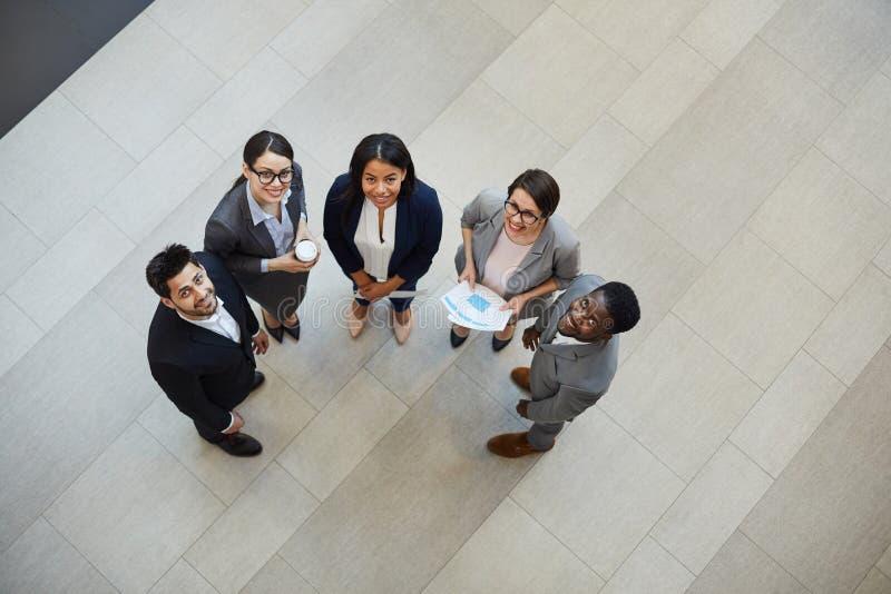 Glückliche junge Geschäftsfachleute stockfotografie